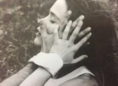Clark's proposition Dialogo de maos (Dialogue of hands, 1966), in use. The object is made of elastic