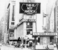 Alfredo Jaar, A Logo for America, 1987, animation numérique, commande du Public Art Fund for Spectator Sign, Times Square, New York, avril 1987